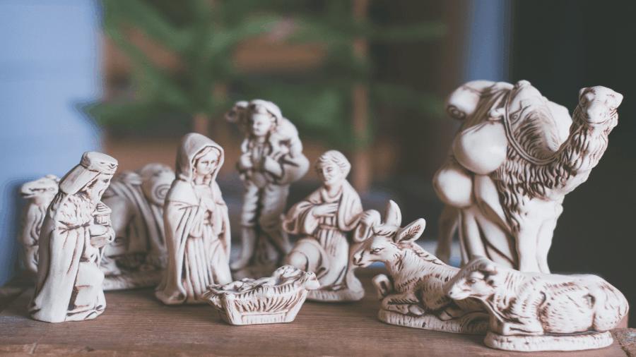 Baby Jesus Scene On Table 900x506